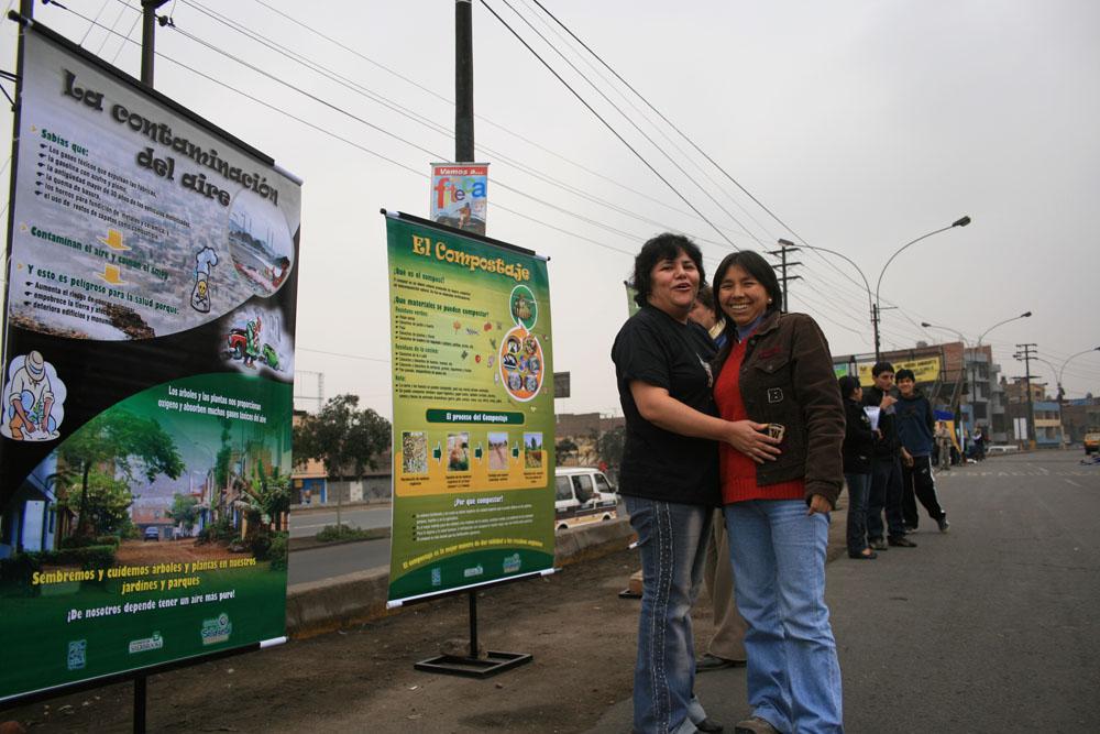 Deux promoteurs de santé et d'environnement, devant nos affiches