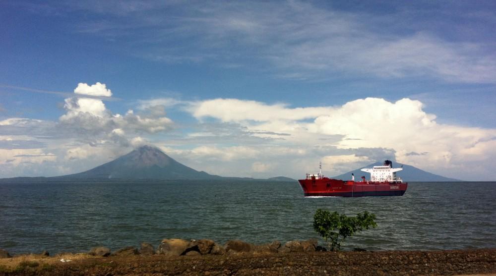 Image de synthèse d'un pétrolier traversant le lac Nicaragua devant Ometepe