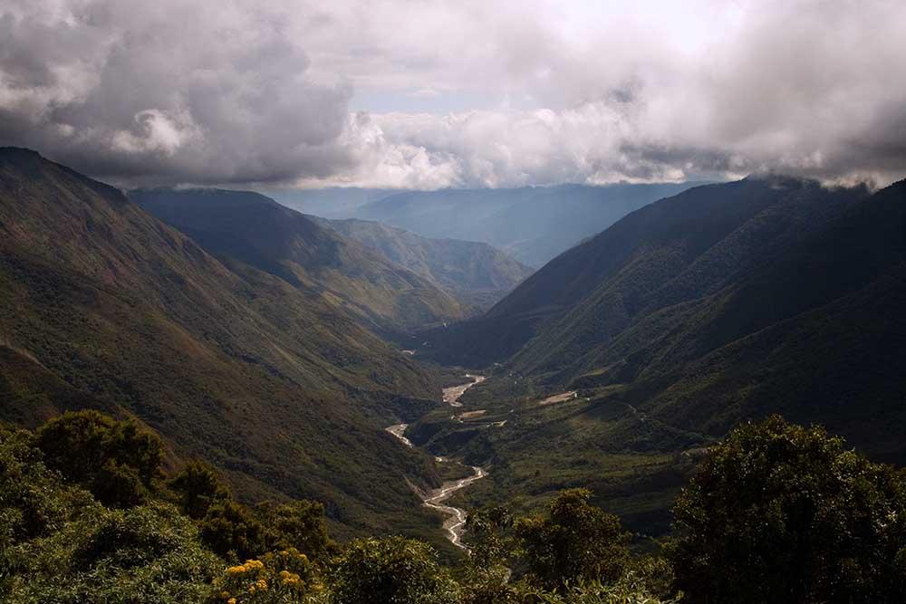 Des montagnes à la selva, route serpentant vers Quillabamba