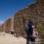 À droite, des constructions millénaires des Huaris. Elles servaient à la conservation des récoltes.