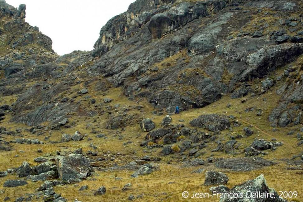 Dans les hauts de la vallée, de hautes montagnes où aucun arbre ne pousse.