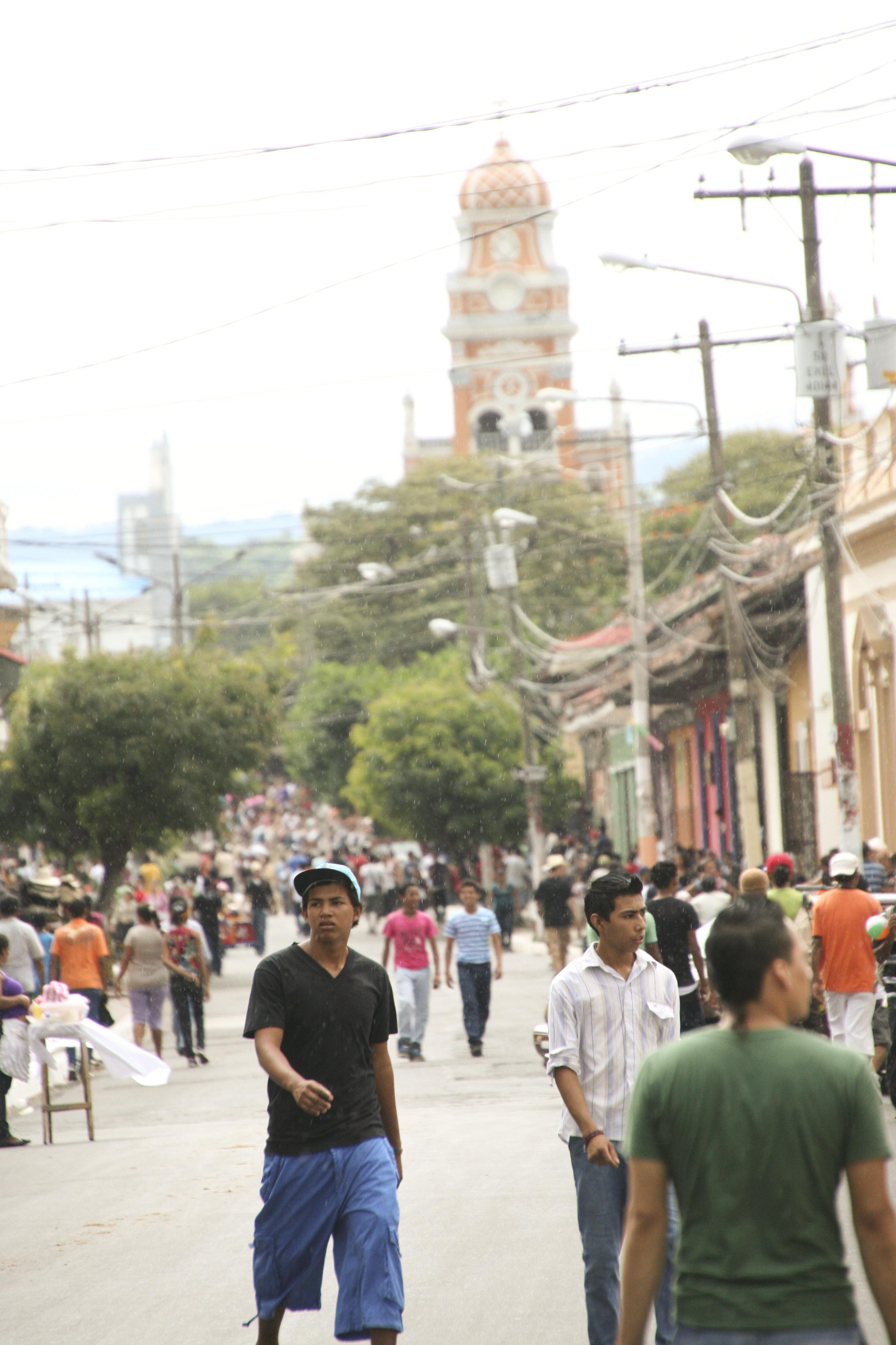 Rue peuplée de Granada
