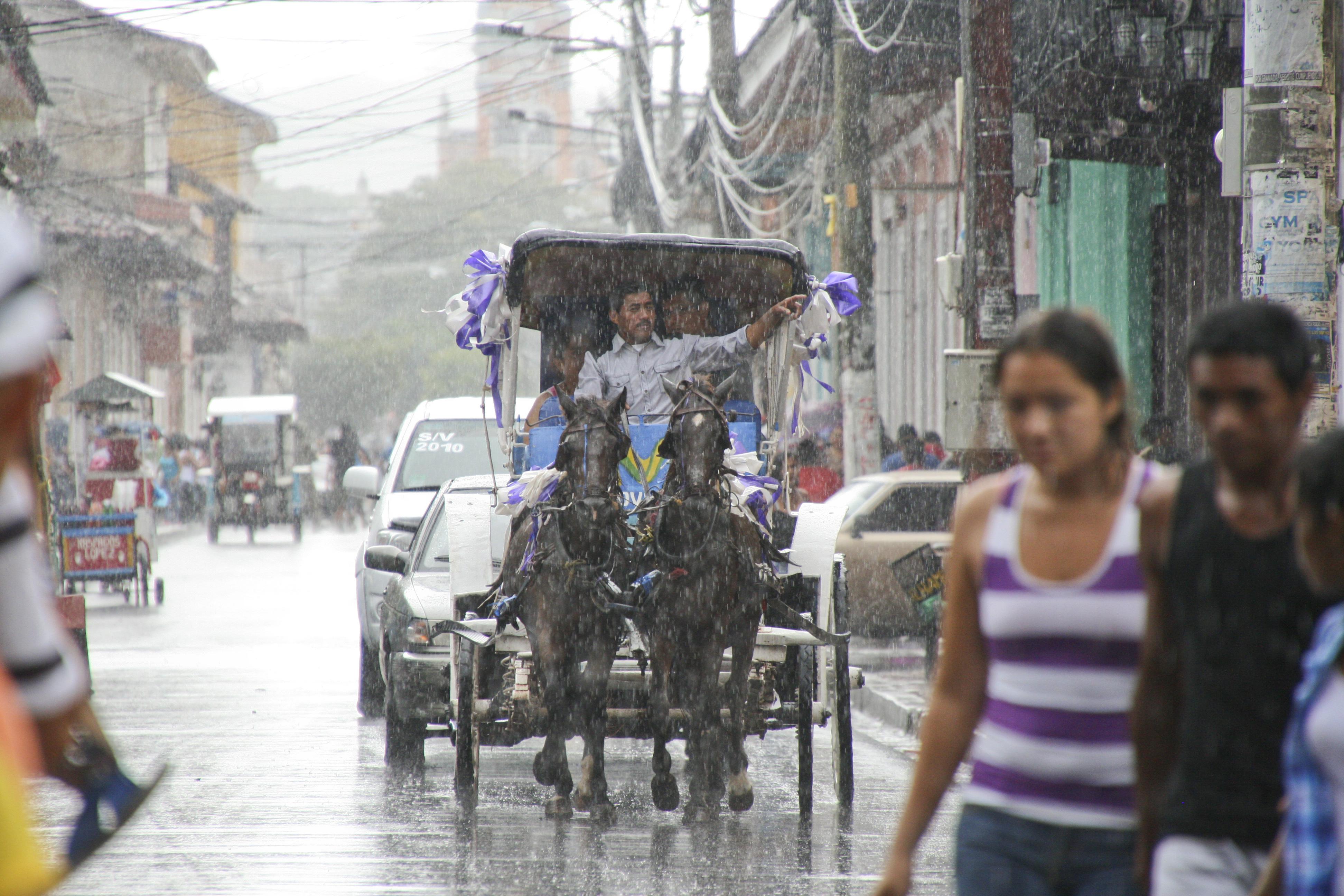 Sortie de couple sous la pluie