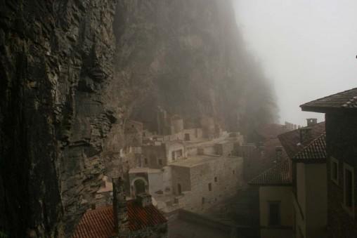 Le monastère de Sümela dans les brumes, près de la mer Noire